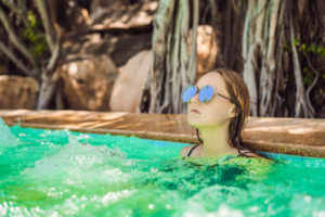 Portrait of beautiful woman in hot tub spa Banque d'images - 141842340