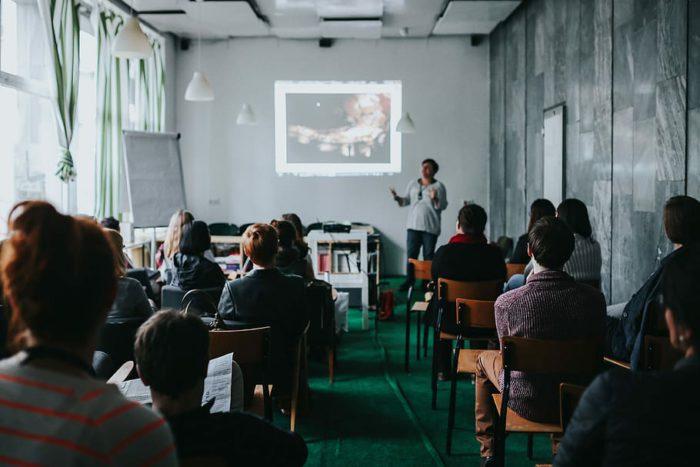 personnes, en train de regarder, présentation, pièce, les gens regardent, afficher, chaises, étude, manifestation, apprentissage, Power Point, séminaire, groupe de personnes, à l'intérieur, public, chaise, séance, Hommes, adulte, Vrais gens, femmes, affaires, grand groupe de personnes, foule, travail en équipe, la coopération, homme d'affaires, réunion, réunion d'affaires, Bureau, Occupation, table, collaborateur, 5K